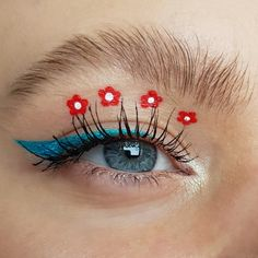 A very cute spring eyelook with a turquise / blue / teal glitter winged eyeliner, red flowers and a natural bushy eyebrow - creative, artistic and editorial eye makeup art - eye makeup for blue eyes Creative Eye Makeup, Eye Makeup Art, Blue Eye Makeup, Bushy Eyebrows, Winged Eyeliner, Red Flowers, Blue Eyes, Makeup Looks, Editorial