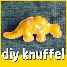 DIY: zo maak je in een uurtje zelf een knuffel voor je kind. En je kind? Die kijkt lekker mee! DIY cuddle toy #dino #dinosaurus #dinosaure #knuffel #toy Sewing Toys, Cool Toys, Diy For Kids, Diys, Easy Diy, Dinosaur Stuffed Animal, Blog, Animals, Dinosaurs