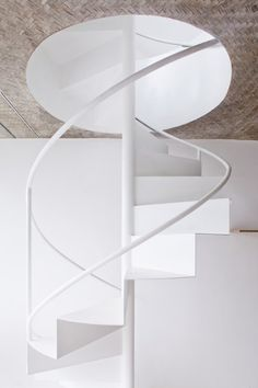 Anh House / S+Na. – Sanuki + Nishizawa architects designed these contemporary stairs. As we can see, stairs can be more creatively built than they usually are. Staircase Railings, Staircase Design, Stairways, Spiral Staircases, White Staircase, Winding Staircase, Railing Design, Interior Stairs, Interior Architecture