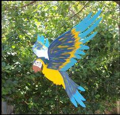 Móbile articulado de Arara, modelo Canindé, grande 70 cm. Bate as asas com o vento ou puxando o contra-peso. Produzimos também no tamanho pequeno, 50 cm e outros tipos de pintura. Modelos pintados a mão. Veja os modelos Vermelha, Praia e Fantasia R$50,00