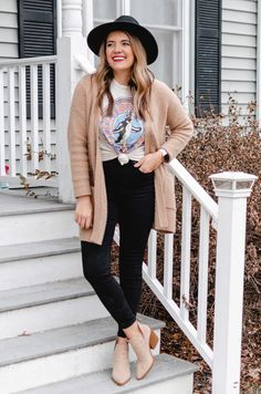 Four Winter Graphic Tee Outfits Band Shirt Outfits, Graphic Tee Outfits, Cardigan Outfits, Graphic Tees, Outfits With Hats, Chic Outfits, Work Outfits, Casual Winter Outfits, Fall Outfits