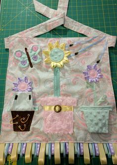 [No Pattern] Fidget/sensory apron made for relative with Alzheimer's. When I shared on FB, realized that this is not a widespread idea, so I wanted to share for anyone else who has relatives with Alzheimer's/Dementia/Autism or other similar needs. Dementia Crafts, Alzheimers Activities, Alzheimer's And Dementia, Dementia Care, Nursing Home Gifts, Sewing Crafts, Sewing Projects, Quilting Projects, Activity Mat
