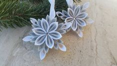 DIY christmas kanzashi snowflake 04 - karácsonyi hópihe készítése 04 Christmas Snowflakes, Christmas Tree Ornaments, Christmas Crafts, Kanzashi Flowers, Diy Ribbon, Diy Videos, Merry, Handmade, Beautiful