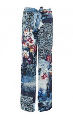 Pantalone dalla linea fluida in RASO con stampa all over, cintone elasticizzato e allacciatura sul davanti.
