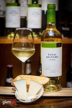 Café Nuevo, presenta pintxo de surtido de quesos con vino Viñas del Vero Somontano 2012 ref.20130204_0017 by @gkmph, via Flickr