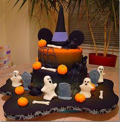 Spooktacular Mickey Halloween cake! This would be perfect for my niece who's b-day is on Halloween!