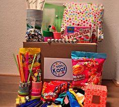 Feestpakket snoepfeest met snoeppotten en alle benodigdheden voor de geplande spellen. Kijk voor de leukste kinderfeestjes bij je thuis op www.vanKaat.nl
