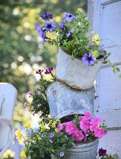 aus alten metallen Eimern kreativen Blumentöpfen basteln