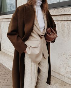 Brown Pants Outfit, Blazer And T Shirt, Turtleneck Outfit, Layered Fashion, Layering Outfits, Fall Fashion Outfits, Spring Fashion, Instagram, Architects