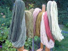 Kasveilla värjättyjä lankoja. Punainen väri on saatu krapista, vaalean vihreät kanervasta ja pietaryrtistä, kellanvihreä sipulinkuorista ja tummemmat vihreät raparperi-lupiini- sananjalka-seoksesta. Upcycle, Knitting, Sewing, Diy, Handmade, Do It Yourself, Hand Made, Upcycling, Tricot