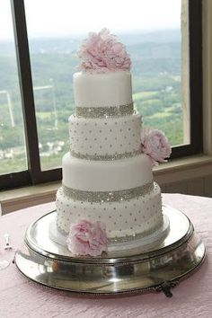 Love the simply & classy look of this cake (minus the pink flowers) & the sparkle & shine  :)