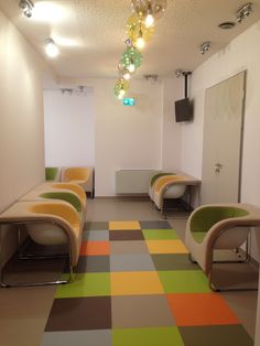 Fotolii colorate Chairry in centrul de radioterapie al clinicii Polisano din Sibiu.