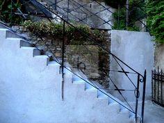 Castelletto salita Multedo • Vendita Genova • Studio Haupt #stairway #toheaven #details #lovedetails #whitestairs #iron #antique