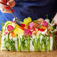 Smörgåstårta, (Sandwich Cake) Instructions in Swedish. Sandwhich Cake, Sandwich Torte, Scandinavian Food, Food Garnishes, Swedish Recipes, Mets, Savoury Cake, Creative Food, Veggie Recipes