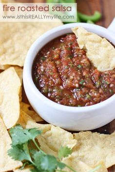 Fire roasted salsa recipe - a restaurant style salsa with an extremely fresh taste. Super easy to make and super easy to devour. So going to make this. #salsa #appetizer #chipsandsalsa #tomatoes #recipe via isthisreallymylife.com