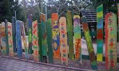 """Den Gartenzaun in der Kita """"Bunte Spielewelt"""" der AWO Saalfeld gGmbH in Kamsdorf haben die Kinder gestaltet. Gesägt wurden die einzelnen Zaunspfähle von den Erzieherinnen. Wir finden diesen Zaun wunderschön!"""