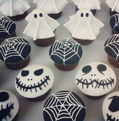 Halloween Party Rezepte – Grusel-Muffins backen These creepy cupcakes shouldn't be missing at any Halloween party! From spider webs to ghosts to skeleton skulls, the black and white muffins offer everything you can imagine for a scary Halloween buffet! Halloween Cupcakes, Halloween Desserts, Muffins Halloween, Halloween Buffet, Plat Halloween, Halloween Torte, Pasteles Halloween, Theme Halloween, Hallowen Food