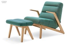 580 armchair and ottoman in oak and Rohi's wool-polyamide in turquoise by Rolf Benz. Smart Furniture, Design Furniture, Table Furniture, Chair Design, Interior Design Magazine, Decor Interior Design, Cosy Apartment, Benz, European Furniture