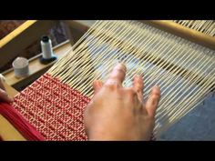 How to weave neat edges on the rigid heddle loom Inkle Weaving, Inkle Loom, Tablet Weaving, Weaving Art, Tapestry Weaving, Hand Weaving, Weaving Textiles, Weaving Patterns, Fabric Weaving