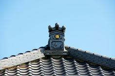 Manji on the roof of Seiunzen Buddhist temple. The right-facing manji is often referred to as the gyaku manji=reverse manji/ migi manji=right manji.