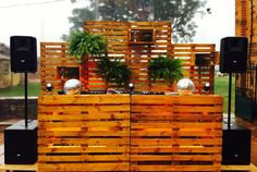 Garden Party Decorations, Stage Decorations, Dj Stand, Berlin Apartment, Booth Decor, Whisky Bar, Stage Set Design, Dj Setup, Dj Booth