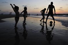 An Israeli family plays soccer together on the beach in the southern city of Ashkelon, August 23, 2009.   REUTERS/Amir Cohen
