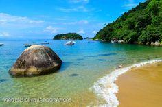 Quem vai para Paraty, não pode perder o passeio de barco pelas ilhas da região. Entre elas, está a Praia Vermelha. Confira essas e outras praias no nosso ranking das melhores praias do Rio de Janeiro.