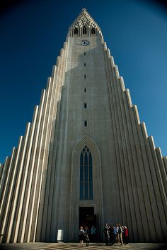 Hallgrímskirkja Reykjavik, Iceland by Melissa Toledo Leahy do you remember this?Hallgrímskirkja Reykjavik, Iceland by Melissa Toledo Leahy do you remember this? Church Architecture, Religious Architecture, Beautiful Architecture, Modern Architecture, West Usa, Oscar Niemeyer, Santiago Calatrava, Cathedral Church, Frank Gehry
