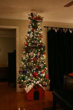 Snoopy theme christmas tree.