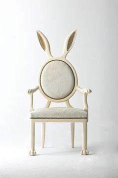 Une chaise design poilue et cornue