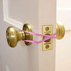 Coloca un trozo de churro de piscina o una goma elástica en la puerta