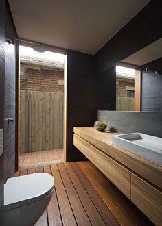 revêtements et meubles salle de bain bois massif et douche italienne moderne