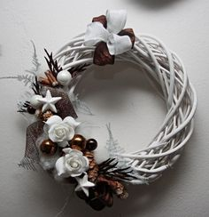 Říkali jsme si, že by se vám těchto 18 pinů mohlo líbit. Noel Christmas, Christmas Crafts, Christmas Ornaments, New Years Decorations, Christmas Decorations, Holiday Decor, How To Make Wreaths, Diy Wreath, Holiday Wreaths