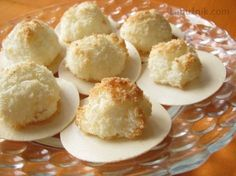 Kokosky hned měkké a vláčné4 bílky špetka soli 150 krupicového cukru 1 vanilinový cukr 70 g měkkého tvarohu ( z kostky, ne z vaničky) 200 g kokosu Bílky se špetkou soli ušleháme skoro do tuha, pak přidáme cukry a ušleháme lesklý tuhý sníh. Pak opatrně vmícháme kokos a tvaroh. Lžičkou klademe na plech ( pokrytý papírem na pečení) malé hromádky. Pečeme při 150 st. ( horkovzduch 130 st.) asi 15 minut do zlatova