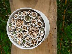 Insektenhotel aus Porzellan und Naturmaterialien