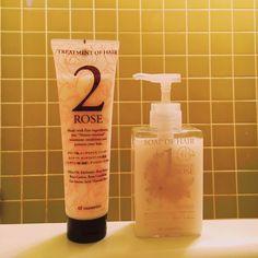 美容液で髪を洗うような、そんな究極の香りなんです。 以前から愛用しているシャンプー&コンディショナー、「ソープ オブ ヘア」「トリートメント オブヘア」。いつも詰め替えの大サイズを愛用してるのですが、たまたまちょっと違う香りを試したくなり「1-RO」「2-RO」をトライしてみたところ……これがビックリ、超・逸品! シャンプーを髪にのせた瞬間、柔らかでふんわりとした泡立ちとともに立ちこめる、濃厚なダマスクローズの香り! まるで、美容液で髪を洗っているみたい。 あまりにも香りがよく、まさに毎日シャンプーの時間が楽しみで仕方ない、という感じ。 これまで「ソープ オブ ヘア」は、洗い心地やコンセプトが好きだったのですが、この香りは、ほんとにスゴい。ダマスクローズ好きの方にはもちろん、優雅で上品なバスタイムを送りたいと願う全ての人に自信を持っておすすめします!