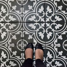 SomerTile 9.75x9.75-inch Art Black Porcelain Floor and Wall Tile (16 tiles/10.76 sqft.)