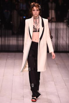 Alexander McQueen - LFW Fall/Winter 2016-2017 - so-sophisticated.com