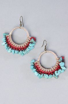 I want to make something like these only with wire and my purple and white stone chips. Oh and I have some neat glittery brown chips ive been waiting for a use for! Tatting Earrings, Beaded Earrings, Beaded Jewelry, Beaded Bracelets, Crochet Earrings Pattern, Bead Crochet, Textile Jewelry, Fabric Jewelry, Fall Jewelry