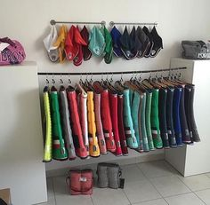 A rainbow of saddle pads and ear cups, even if they are approx A rainbow of saddle pads and ear bonnetsif that's what they're even ca - Art Of Equitation Horse Tack Rooms, Horse Stables, Horse Farms, Tack Room Organization, Organization Ideas, Tack Locker, English Horse Tack, English Saddle, Horse Barn Designs