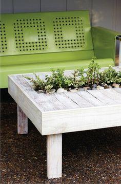 deko ideenselbermachen gartentisch pflanzenbehälter gartenmöbel