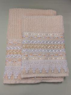 Jogo de toalhas com trançado em fita   Atelier RNA Artesanatos   Elo7 Ribbon Embroidery, Towel, House Design, Stitch, Lace, Crafts, Silk Ribbon Embroidery, Satin Ribbons, Bath Towels & Washcloths