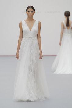 b3e8a08ae 104 mejores imágenes de Vestidos de novia para mujeres bajitas en 2019