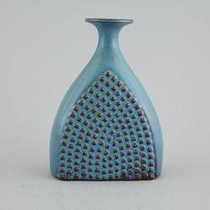 A unique stoneware vase by Stig Lindberg, made for Gustavsberg Studio signed. Ceramic Pottery, Pottery Art, Stig Lindberg, Lassi, Ceramic Design, Mid Century Modern Furniture, Vintage Ceramic, Retro, Stoneware