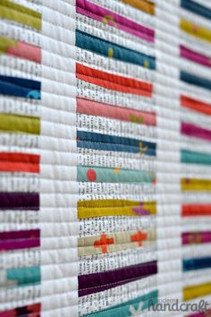 Modern strip quilt - rather like a Chinese coin quilt, but longer and narrower fabric strips Patchwork Quilting, Jellyroll Quilts, Scrappy Quilts, Mini Quilts, Quilting Tips, Machine Quilting, Quilting Projects, Easy Quilts, Quilt Festival