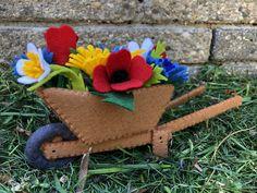 Een kruiwagen met veldbloemen is een DIY viltpakket van Atelier de MarLijn Straw Bag, Atelier