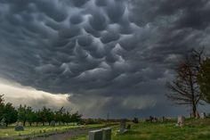 Chmury mammatus nad cmentarzem w Kolorado (fot.: Cory Reppenhagen)
