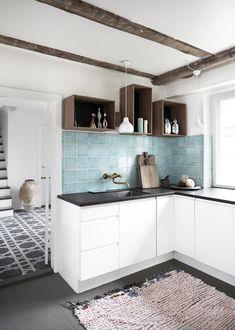 Se med her, hvor du kan stjæle stilen fra et moderne køkken med charme i et renoveret bondehus...