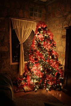 Christmas Tree...amazing. Just love the total effect of just having the Christmas tree lights on in the house!!!! Fab