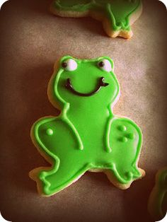 Ribbit... Two Lovely Frog Sugar Cookies    twolovelybakers.ca  facebook.com/twolovelybakers